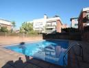 Ático en zona comunitaria ajardinada y piscina.