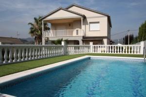 Gran casa amb jardí i piscina