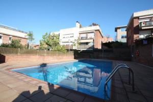 Átic en zona comunitaria enjardinada i piscina.