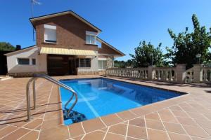 Gran casa con jardín y piscina