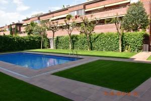 Gran pis amb zona comunitària i piscina