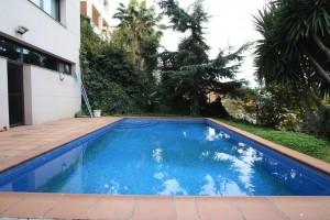 Casa de Diseño con jardín y piscina