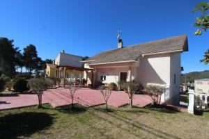 Casa a quatre vents amb terrasses i jardí