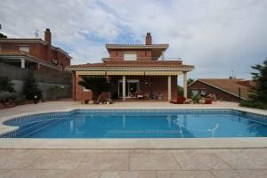 Casa a 4 vents amb jardi i piscina