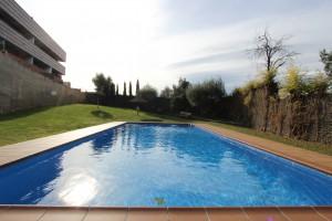 Gran pis amb terrassa i zona comunitaria amb piscina