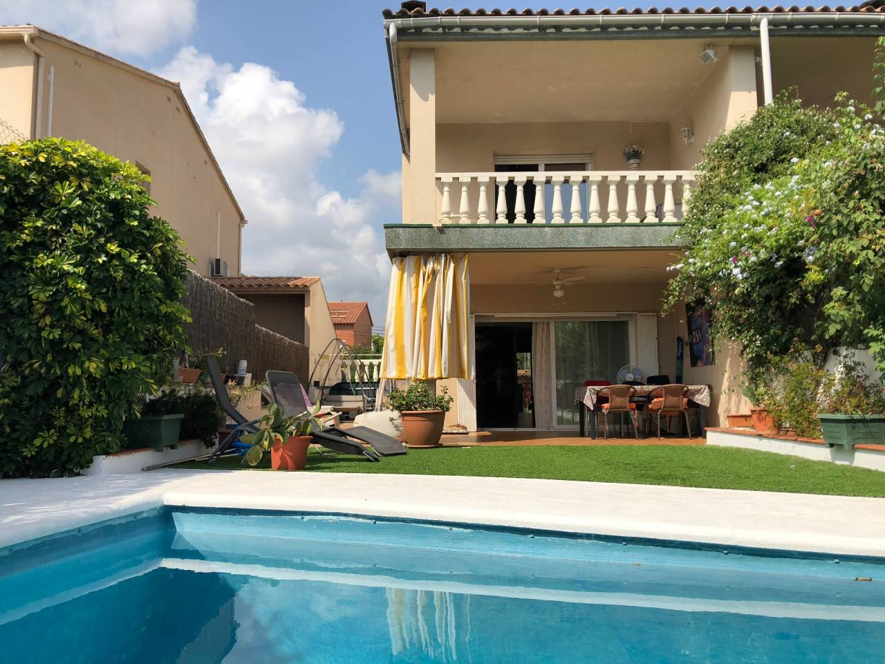 Attached house with pool just 3 minutes from Sitges. Rocamar area.