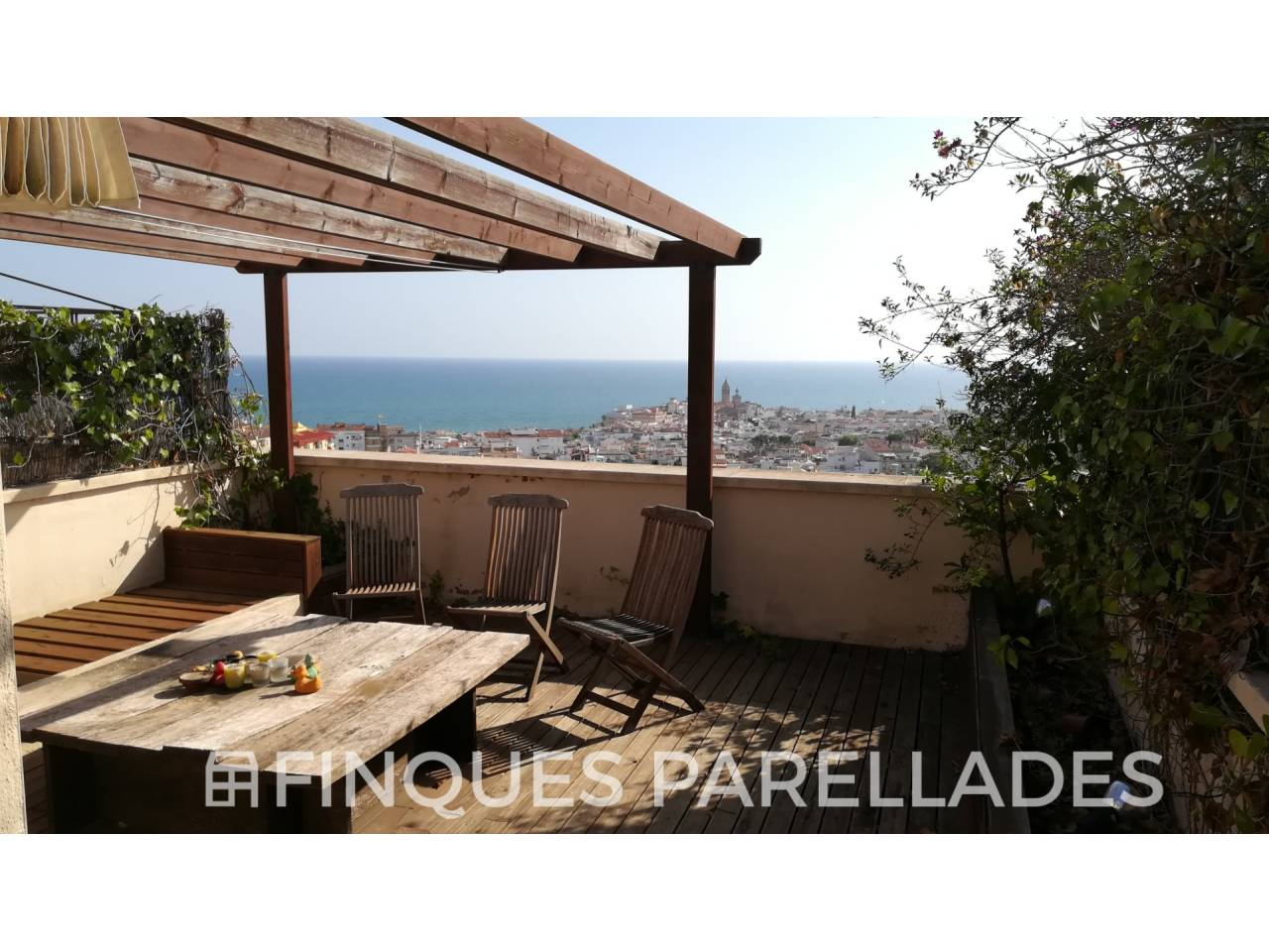 Penthouse with beautiful views of Sitges and near the center. parking and storage