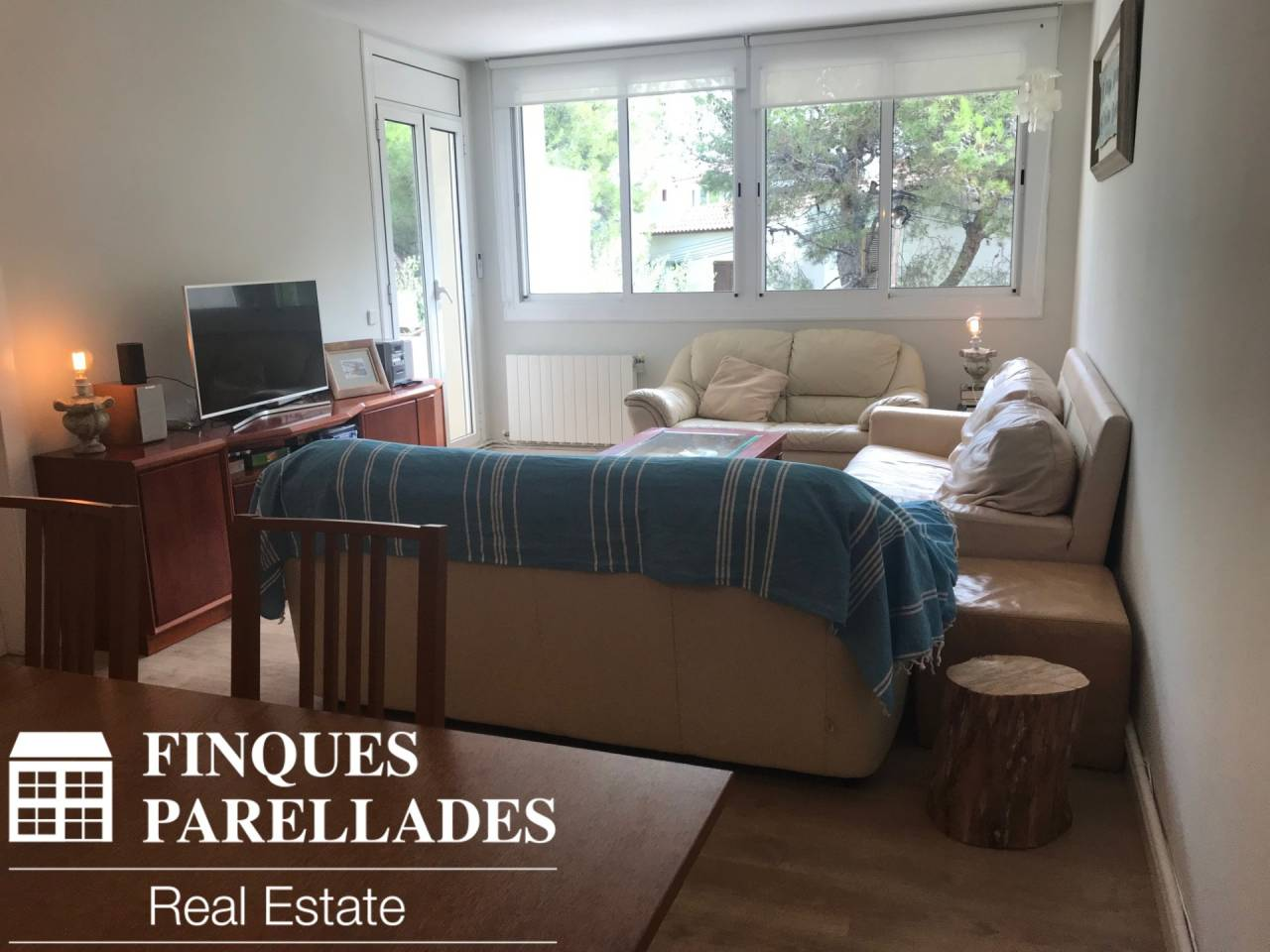 Beautiful and spacious apartment for rent with furniture in residential area with communal pool. Vallpineda.