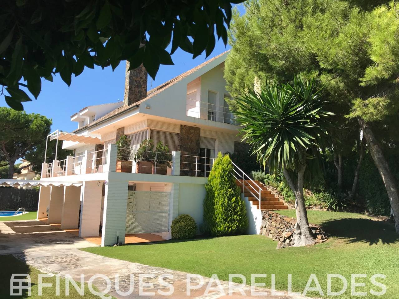 Beautiful detached villa for sale with the best views of the sea and Sitges. Vallpineda area