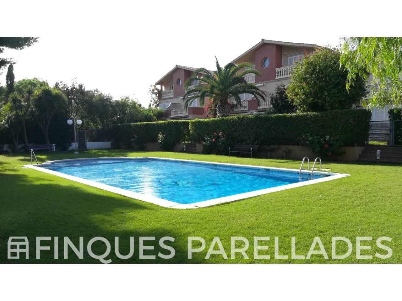 Soleada y amplia casa pareada en Sitges  a un paso del centro de Sitges y de las playas.
