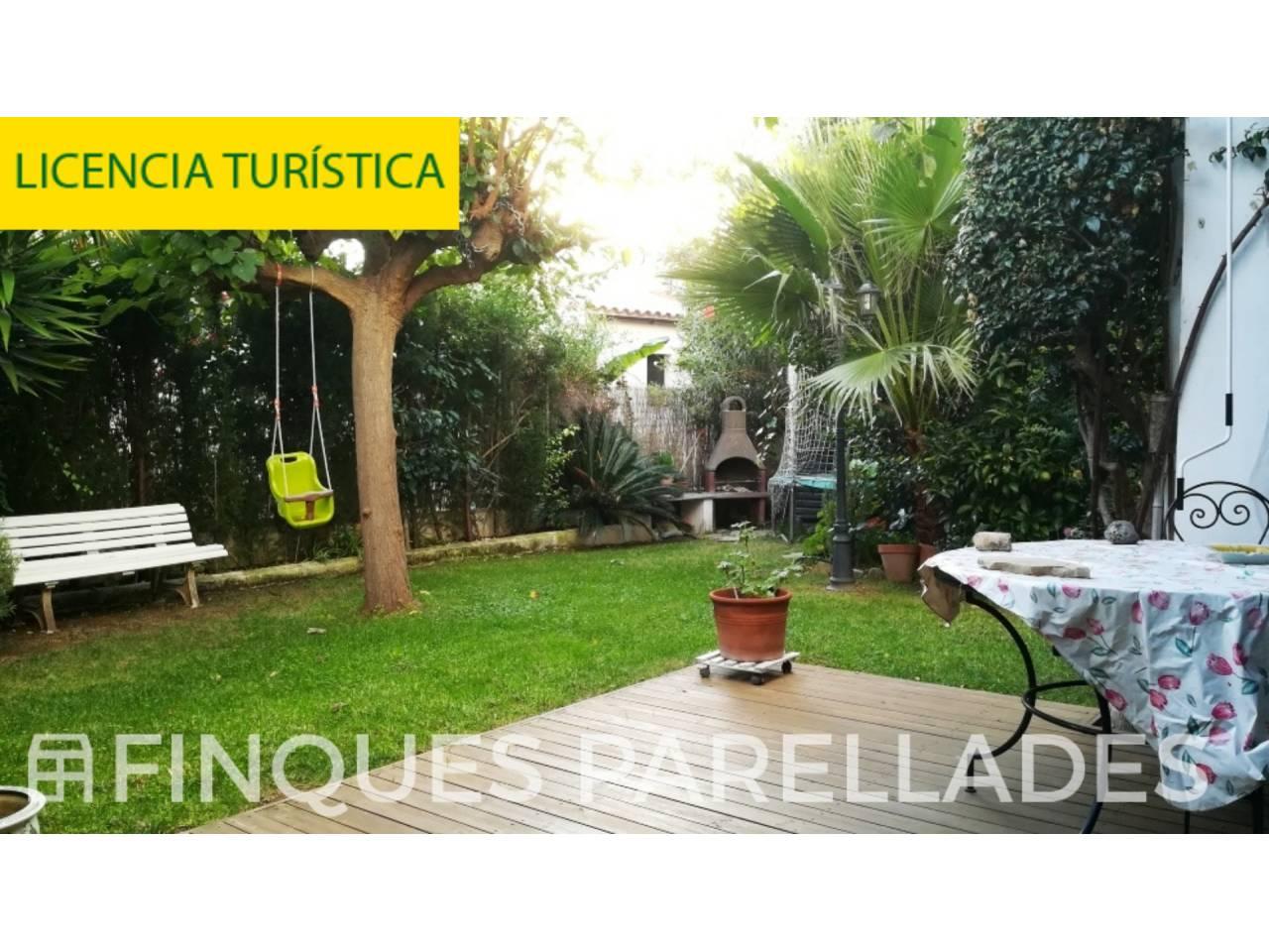 Casa en zona de Levantina con jardin propio, piscina comunitaría y agradable distribución.