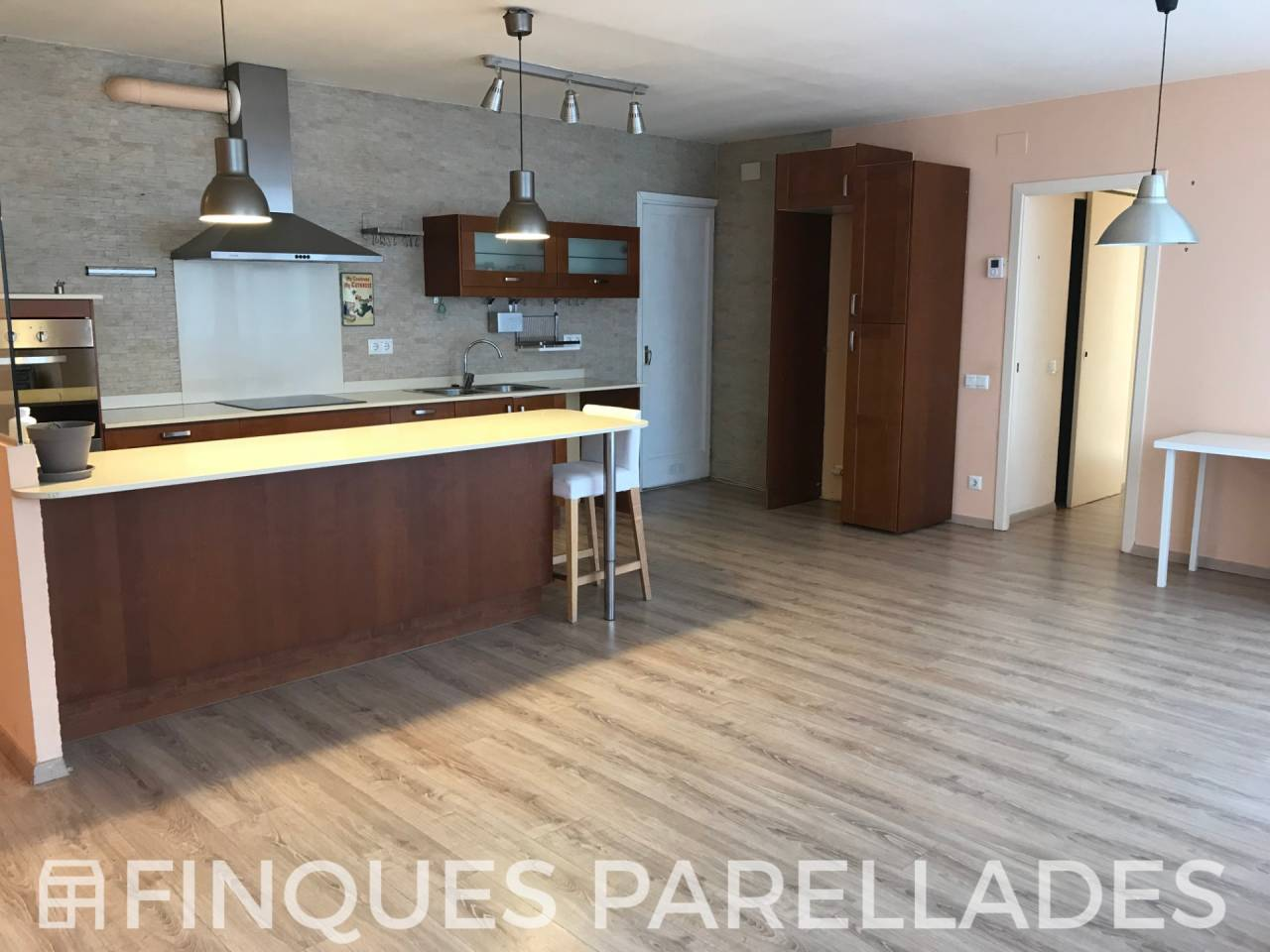 Spacious and bright apartment in the center of Sites with parking and lift. Downtown area.