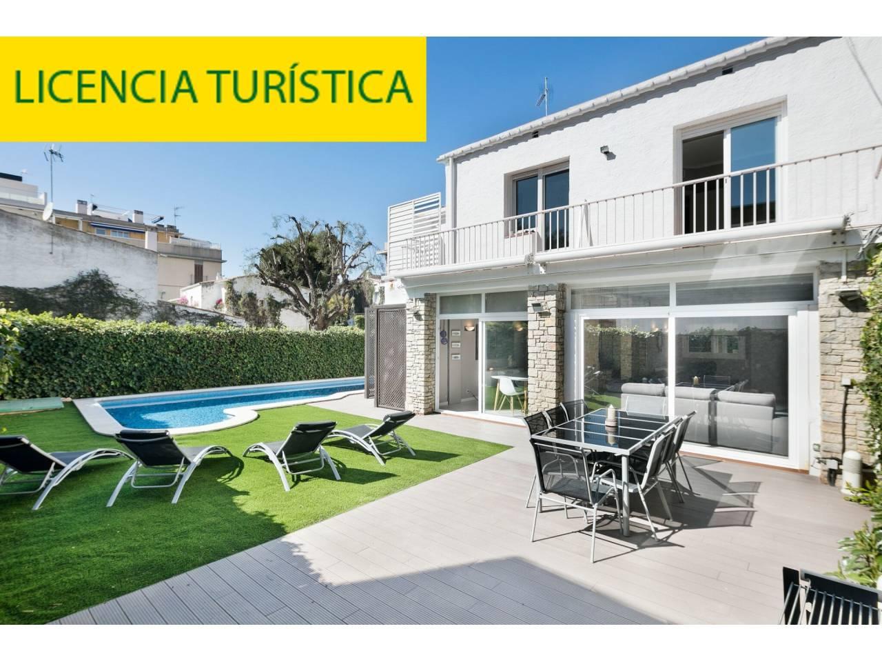 Casa única y totalmente reformada en zona tranquila del centro de Sitges con piscina, parking y LICENCIA TURISTAICA.